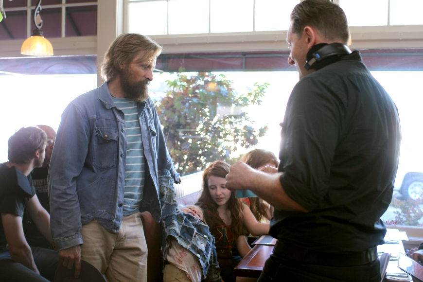 CF_00717_R (l to r) Actors Viggo Mortensen, Charlie Shotwell, Samantha Isler and Director Matt Ross discuss a scene on the set of their film CAPTAIN FANTASTIC, a Bleecker Street release. Credit: Erik Simkins / Bleecker Street